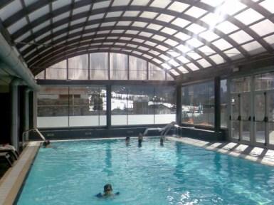 Cubierta de piscina en pista de esquí