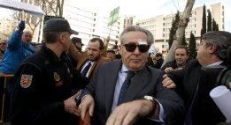 24. Blesa, increpado a su salida del juzgado (Luis Sevillano)