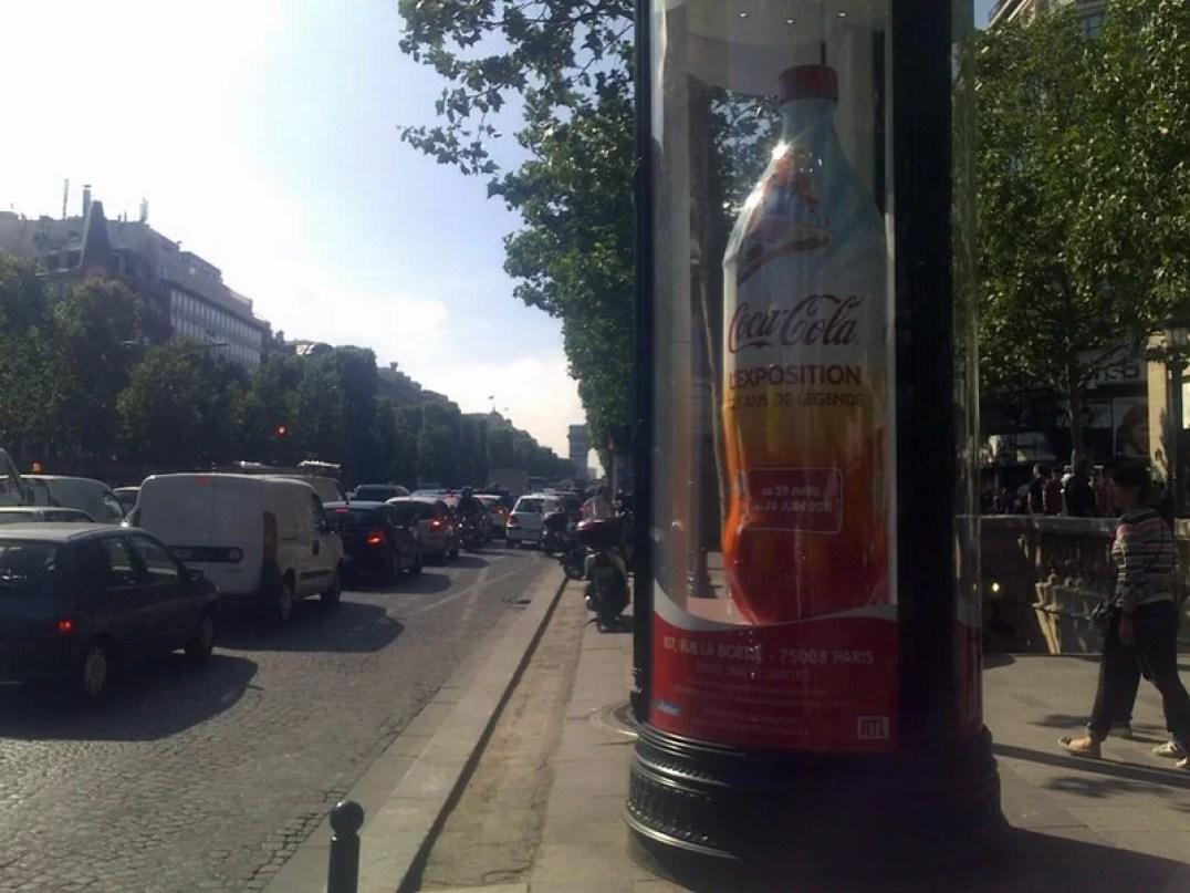 Bouteille géante dans les rues de Paris