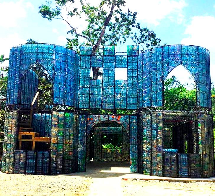 Villaggio di bottiglie di plastica a Panama
