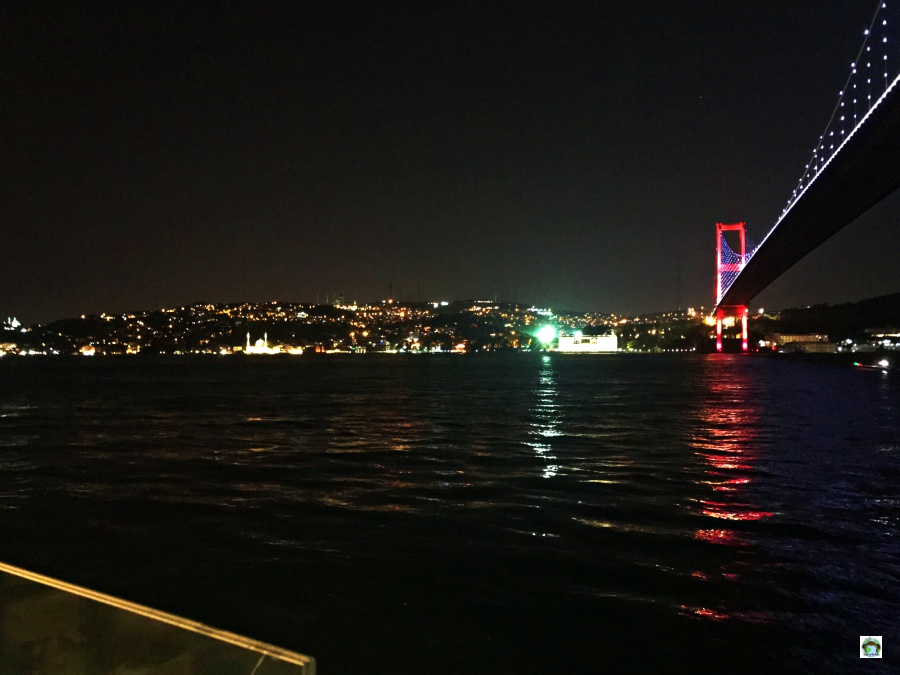 Cena vista ponte sul Bosforo Istanbul