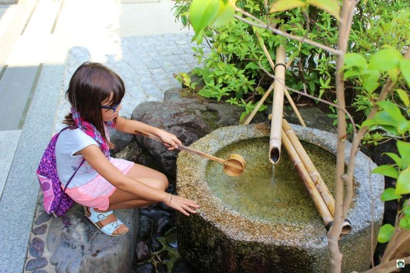 Templi giapponesi con i bambini