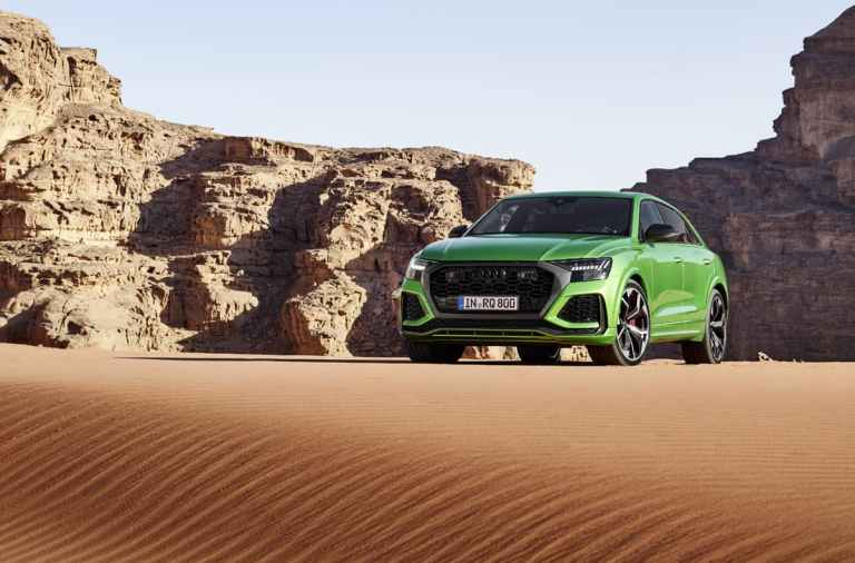 Audi RS Q8sobre en el desierto