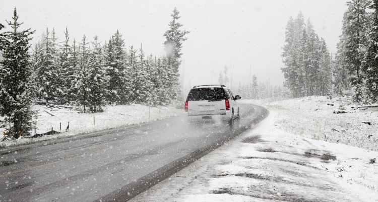 SUV corre sobre asfalto con nieve