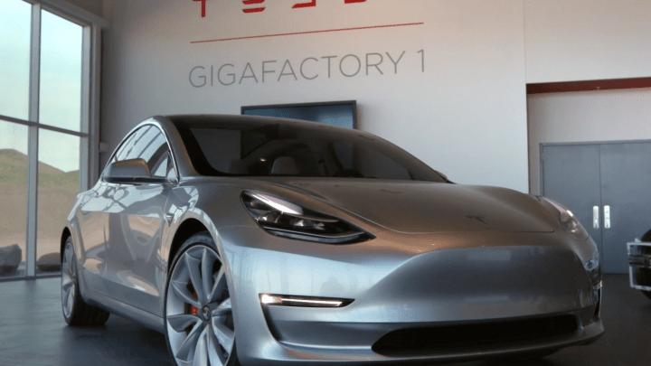 Tesla model 3 en Gigafactory 1 de coches eléctricos
