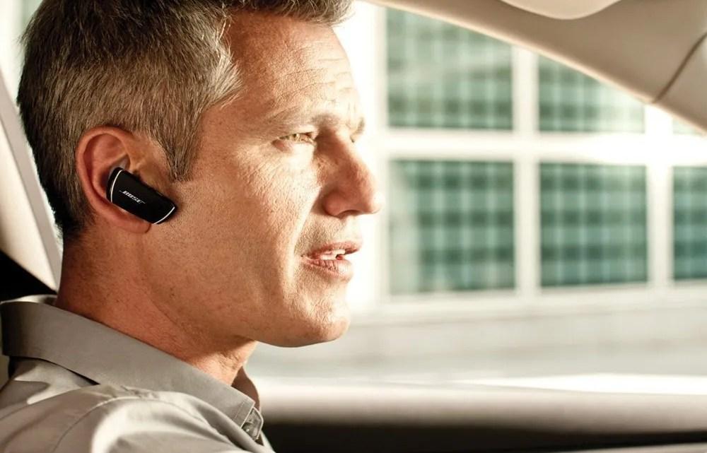 Hablar por teléfono móvil en el coche de forma legal