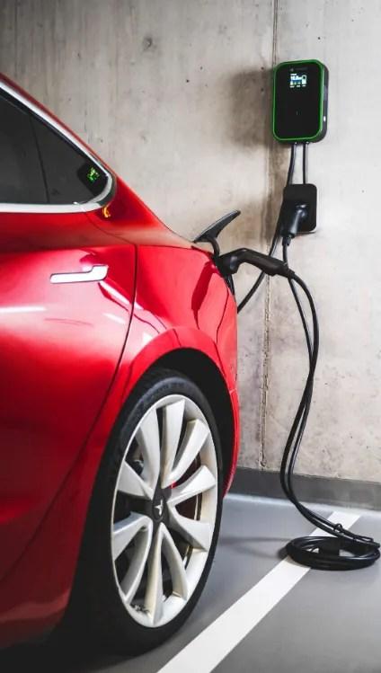 Tesla recargando con Wallbox de Green Cell