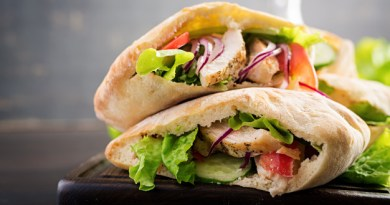 Pita integral con pollo y otros acompañamientos