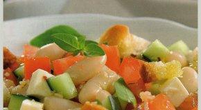 Ensalada de pepinos, porotos y croutons