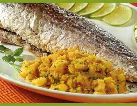 pescado a la sal con salteado de camarones