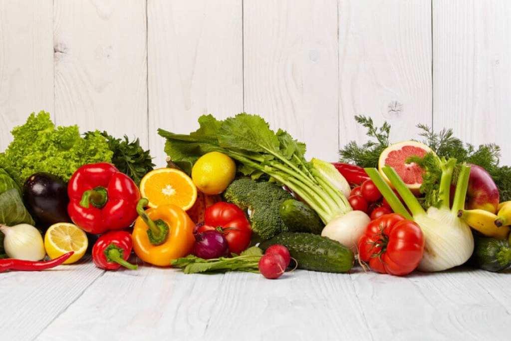 La vitamina C es un nutriente que interviene en la formación del colágeno, una proteína fundamental para la creación de nuevas células para formar la piel, los tendones, los ligamentos y los vasos sanguíneos, y que también favorece el crecimiento del cabello.