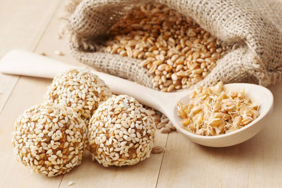 Bolas de brotes de trigo con semillas de sésamo y granos germinados