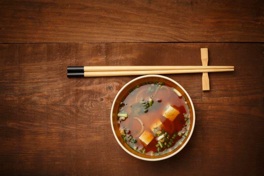 sopa de miso japonesa tradicional