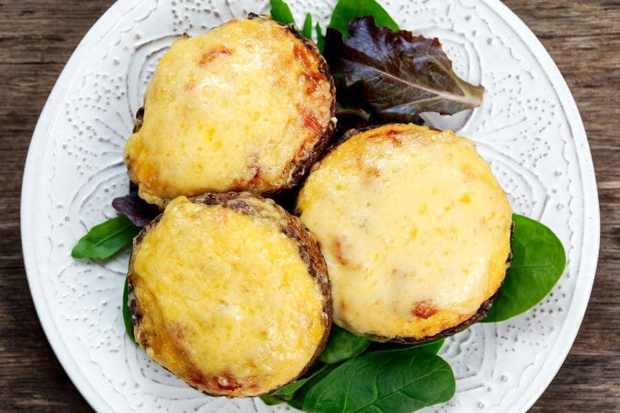 Champiñones rellenos de verduras y queso gouda