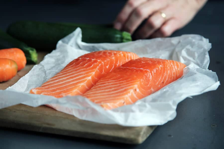 el salmon es un pescado azul rico en acidos grasos omega 3