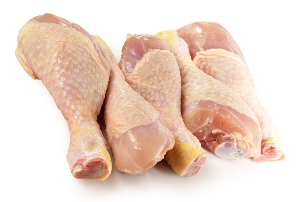 Muslos de pollo sobre fondo blanco.