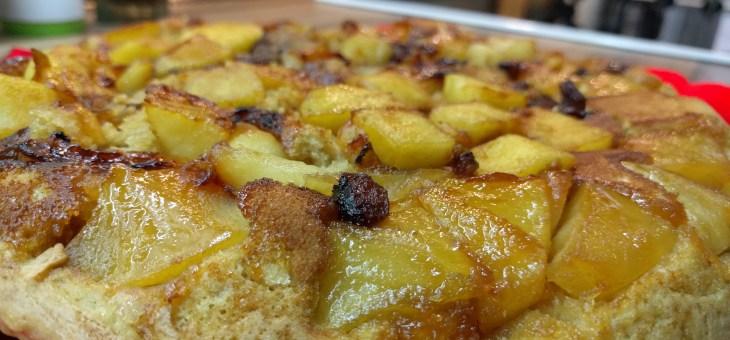 Bizcocho de manzana y canela en la sartén