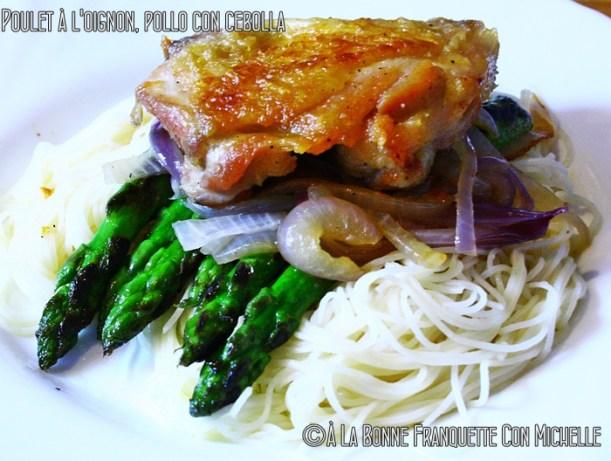 Poulet à l'oignon. Pollo con cebolla y espárragos verdes