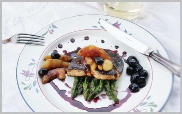 foie gras poêlé con esparragos y coulis de arándanos