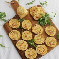 Rollo de tortilla de patatas con jamón serrano y queso