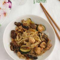 Noodles, fideos de arroz, con verduras y salmón
