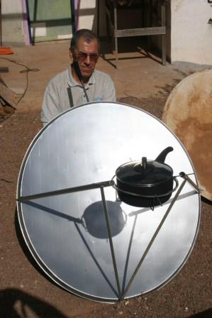 Cocina solar parabólica con antena de TV