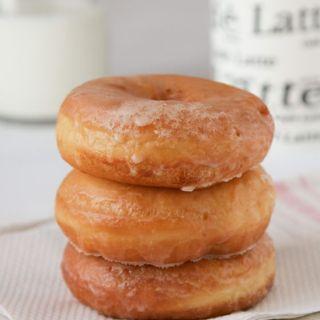Donuts caseros con glaseado de azúcar y chocolate