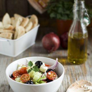 Ensalada griega  de queso feta con aliño de orégano
