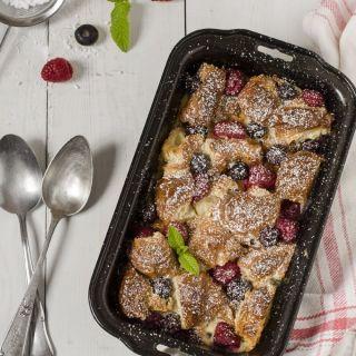 Pudding de croissants con frambuesas y arándanos