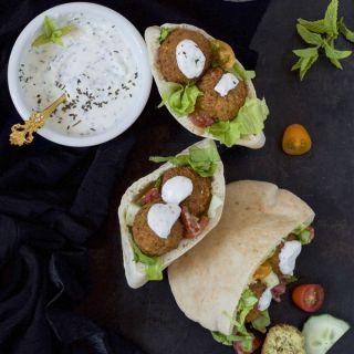 Falafel, croquetas árabes de garbanzos con salsa de yogurt