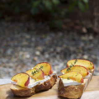 Bruschetta de melocotón asado y queso brie