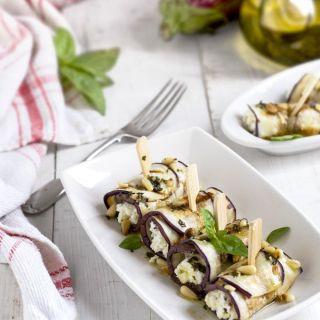 Rollos de berenjena con  queso ricotta, albahaca y piñones