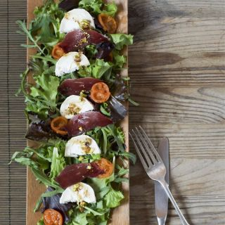 Ensalada de jamón de pato con vinagreta de pistachos