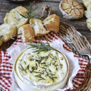 Camembert al horno aromatizado con ajo y romero