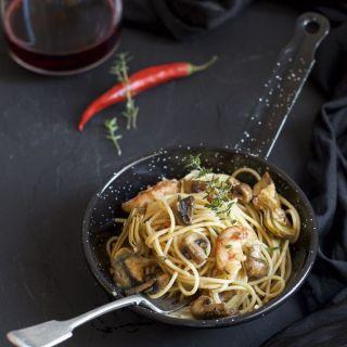 Espaguetis con setas, gambas y alcachofas