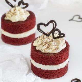 Bizcocho red velvet con crema de queso al chocolate blanco