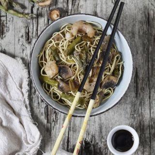 Fideos chinos con espárragos, ajos tiernos, setas y gambas