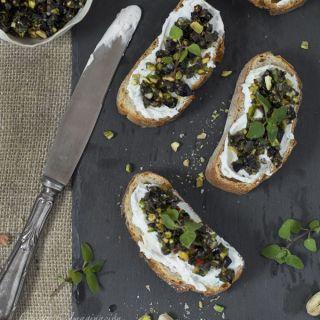 Prepara queso de yogurt con topping de olivas negras y pistachos