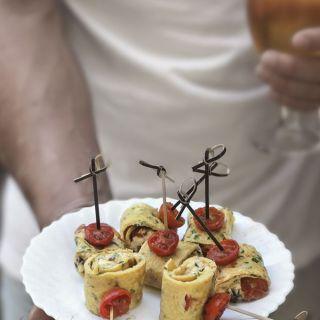 Pinchos de tortilla con queso feta y tomatitos cherry