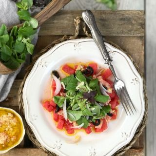 Ensalada de sandía con vinagreta de avellanas y parmesano