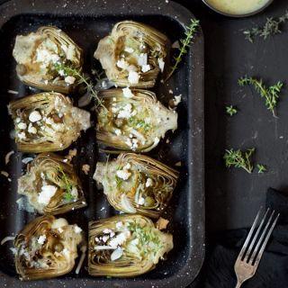 Alcachofas al horno con vinagreta de ajo, alcaparras y queso feta