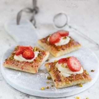 Tartaletas con crema de mascarpone, fresas y pistachos