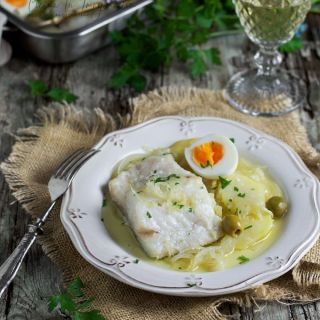 Bacalao al horno con patatas y aceitunas verdes, receta fácil