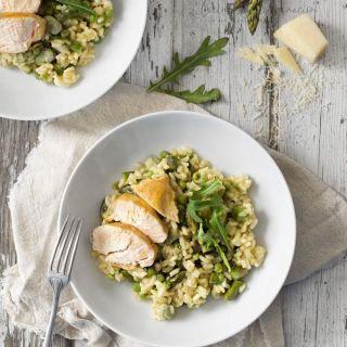 Risotto de verduras de primavera con pollo a la plancha
