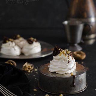 Nidos de merengue con crema de nueces y chocolate