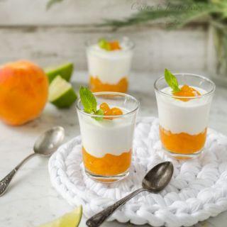 Crema de yogur con melocotón en almíbar de lima y jengibre