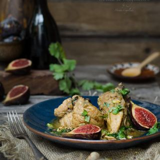 Pollo especiado con higos asados y pistachos
