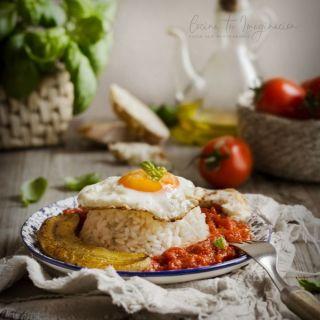 Arroz a la cubana con huevo, plátano frito y salsa de tomate