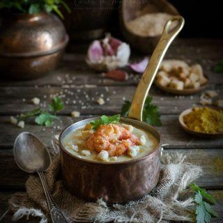 Sopa de quinoa cremosa con gambas al curry y picatostes