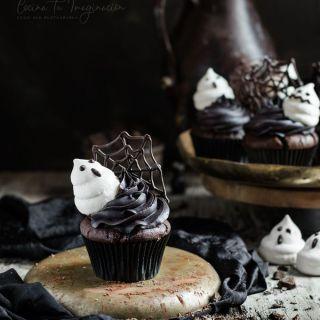 Cupcakes de chocolate para Halloween con fantasmas de merengue
